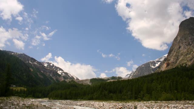 vídeos de stock e filmes b-roll de time lapse: montanha e nuvens - pinaceae