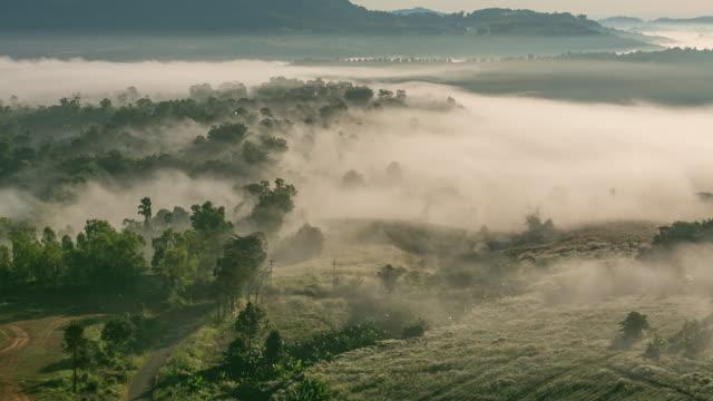 Zeitraffer: Gebirge Natur Nebel der Berge im Hintergrund