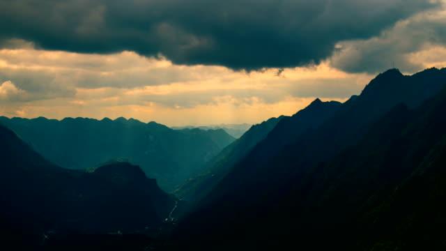 vídeos de stock e filmes b-roll de time lapse mountain - valley