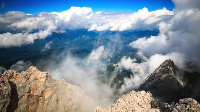 vídeos de stock, filmes e b-roll de lapso de tempo 4k : montanha zugspitze - montanha zugspitze