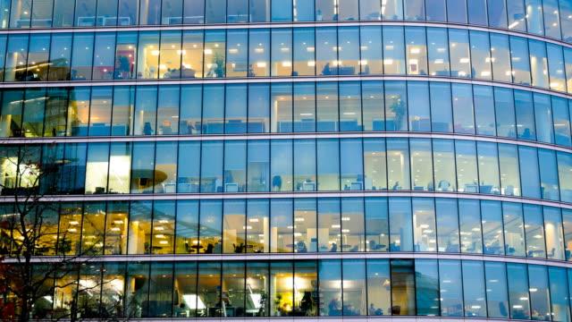 4k zeitraffer, bewegung von geschäftsleuten in büro bauzone, london, england - bürogebäude stock-videos und b-roll-filmmaterial