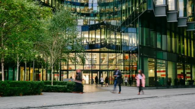 4K time-lapse, verkeer van mensen uit het bedrijfsleven in kantoor gebouw zone, Londen, Engeland