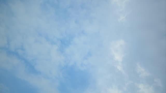 vidéos et rushes de time lapse movie of a blue sky with clouds racing past - ciel seulement