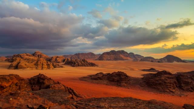 時間経過ヨルダンの夕日映画シーンのワディ ・ ラム砂漠、それはまた月、ワディ ・ ラムの多くの映画のショットのバレーと呼ばれる - ヨルダン点の映像素材/bロール