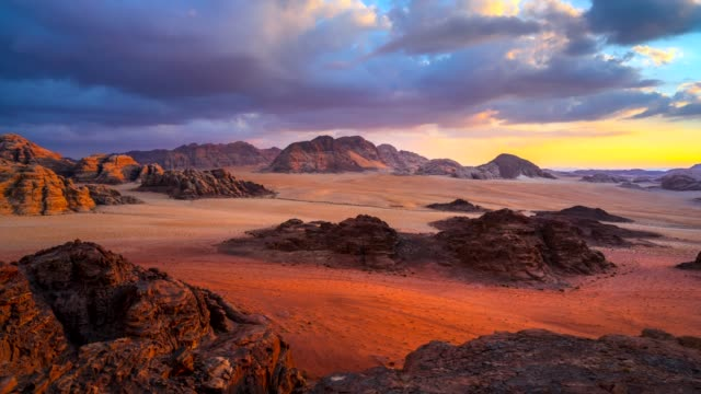 vídeos de stock e filmes b-roll de time lapse movie sunset scene of wadi rum desert in jordan, it is also known as the valley of the moon, many movie shot in wadi rum - pináculo formação rochosa