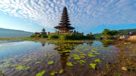 stockvideo's en b-roll-footage met 4k time-lapse film met slider scène van pura ulun danu bratan tempel, bali, indonesië - bali