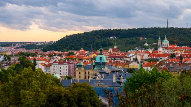 vidéos et rushes de time lapse moving cloud at sunset scene old town of prague city, république tchèque - place de la vieille ville de prague
