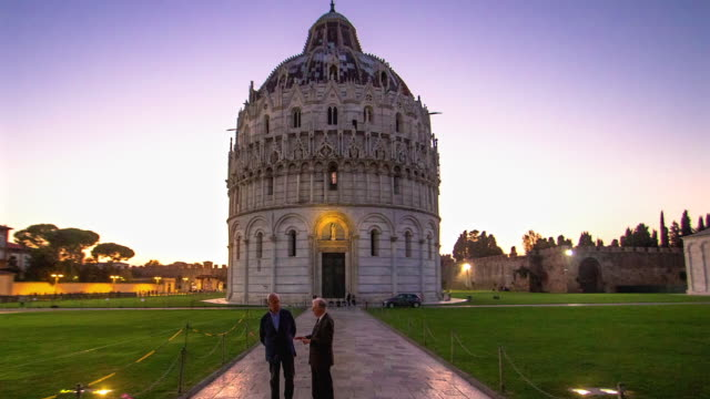 time lapse moving towards the fa�ade of the pisa baptistery in the evening - zeitraffer fast motion stock-videos und b-roll-filmmaterial