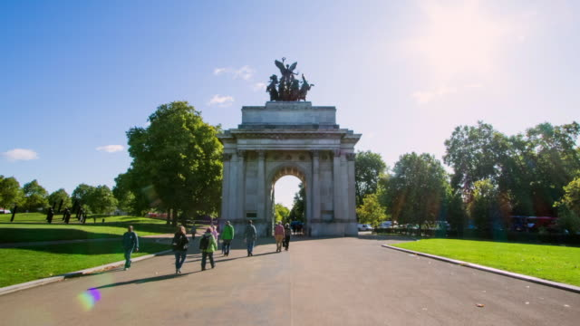 time lapse moving towards wellington arch at hyde park in london - arco architettura video stock e b–roll