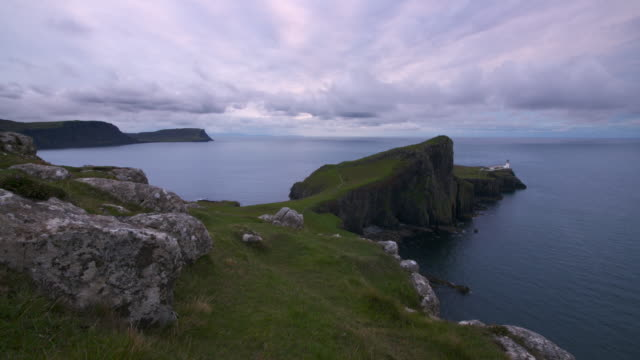 time lapse. neist point lighthouse, isle of skye, highland, scotland. - schottisches hochland stock-videos und b-roll-filmmaterial
