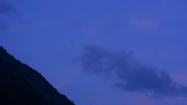 vídeos de stock e filmes b-roll de time lapse: noite de chegada - pinaceae
