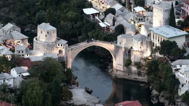 vidéos et rushes de time lapse: night falling over picturesque old bridge in mostar - bosnie herzégovine