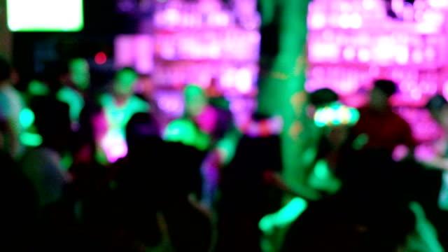4 k の時間経過: パブでパーティの夜の生活。多くの人々 は踊り、楽しんでいます。 - プーケット県点の映像素材/bロール