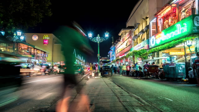 zeitraffer: nachtmarkt in yogyakarta - rikscha stock-videos und b-roll-filmmaterial
