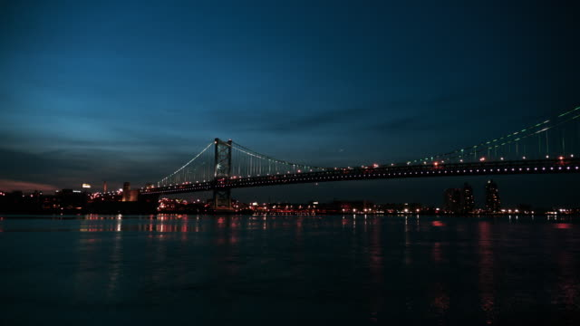 vídeos de stock e filmes b-roll de time lapse, night time, ben franklin bridge, delaware river and philadelphia cityscape. - ponte ben franklin