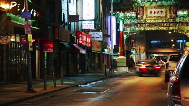 vídeos y material grabado en eventos de stock de time lapse, night time, inner city, china town with traffic, pedestrians, and shops. - letrero de tienda