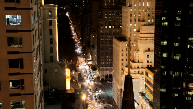 vídeos de stock, filmes e b-roll de time lapse night time new york city 5th avenue rooftop looking at traffic to central park - hotel de luxo