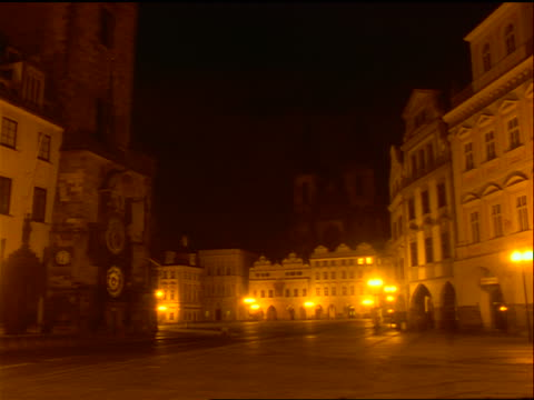 vídeos de stock, filmes e b-roll de time lapse night to dawn lights in prague old town square with tyn church in background / czech republic - stare mesto