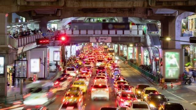 タイのバンコク市のサイアム交差点のスクンビットロードでタイムラプス、夜のトラフィック。 - blurred motion点の映像素材/bロール
