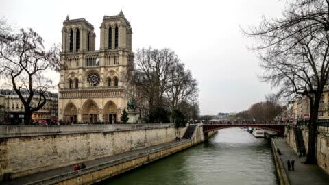 hd time lapse : notre dame de paris - full hd format bildbanksvideor och videomaterial från bakom kulisserna