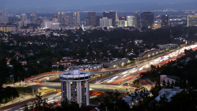 vídeos y material grabado en eventos de stock de time lapse of 405 freeway los angeles, westwood, century city and beverly hills at dusk twilight - westwood