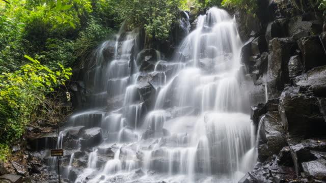 Tijdspanne van een prachtige tropische waterval