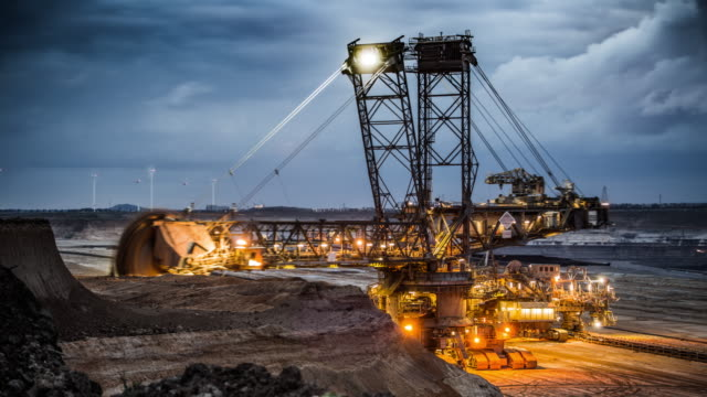 time lapse of a bucket wheel excavator in a lignite surface mine - attrezzatura industriale video stock e b–roll