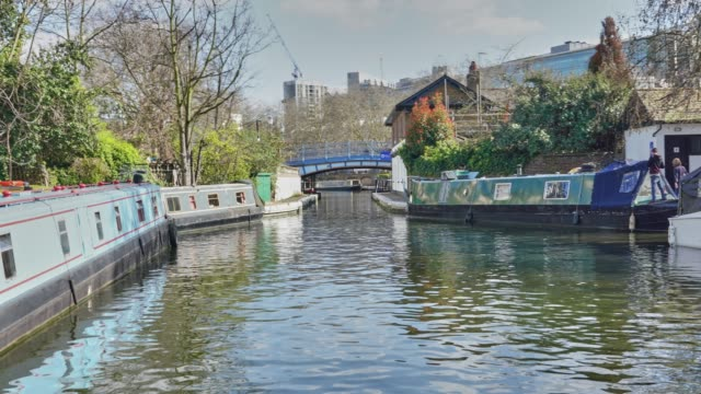 a time lapse of a canal boat passing through little venice london and the junction between the grand union canal (paddington arm) and the regents canal. - hyperlapse video stock e b–roll