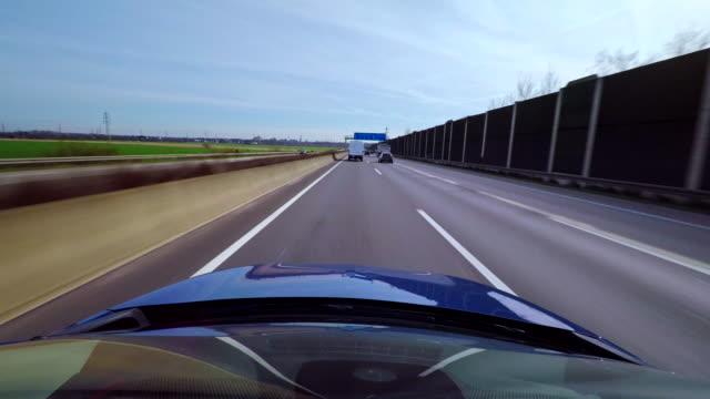 Zeitraffer eines Autos auf einer Autobahn