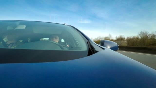 Zeitraffer eines Autos durch die Straßen fahren