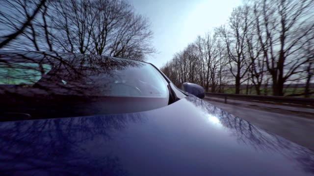 zeitraffer eines autos durch die straßen fahren - autoscheinwerfer stock-videos und b-roll-filmmaterial
