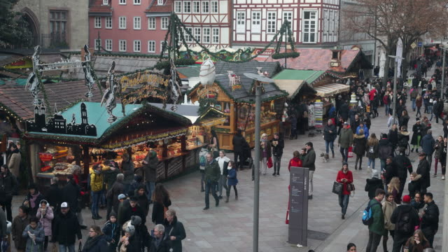vidéos et rushes de time lapse of a christmas market with christmas decoration in germany visitors are enjoying arts and crafts and are tasting drinks like mulled wine... - avent