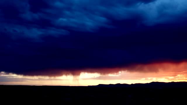 zeitraffer eines dramatischen regensturms, der sich im sommer in der dämmerung durch die wüste von ost-utah bewegt - storm cloud stock-videos und b-roll-filmmaterial