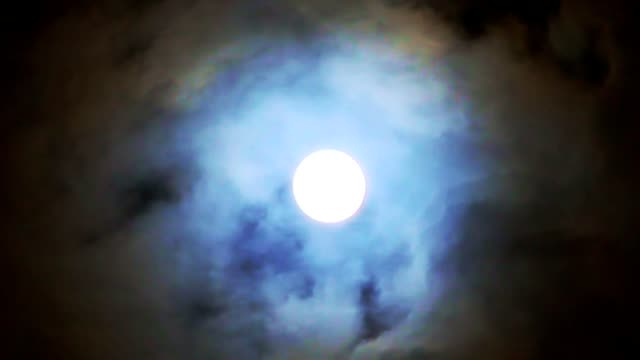 vidéos et rushes de time lapse of a full moon with fast moving clouds passing in hd - minuit