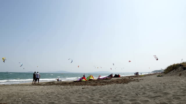 zeitraffer einer kitesurf-regatta an der küste, türkisfarbenes wasser, wettkampf, wassersport, events, rennsport, extremsport, abenteuer, reiseziele, fernweh - regatta stock-videos und b-roll-filmmaterial