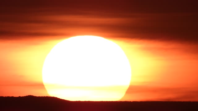vídeos y material grabado en eventos de stock de time lapse of a large extreme sunset over a mountain with orange clouds and sky - southwest usa