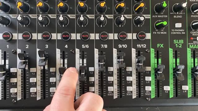 vidéos et rushes de time lapse d'une table de mixage sonore avec quelqu'un ajustant les niveaux et le qe - mixage du son