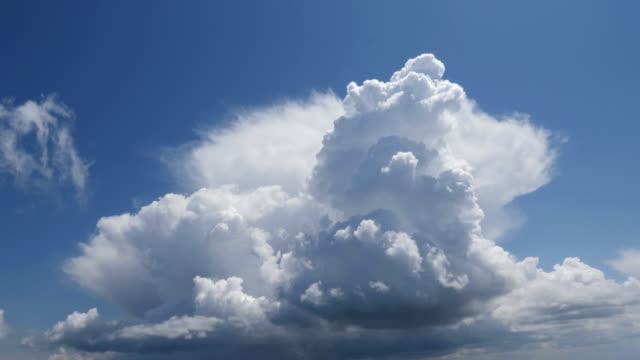 Zeitraffer einer Sommer-Sturm-Formation mit beweglichen hohe Wolken bilden Türme