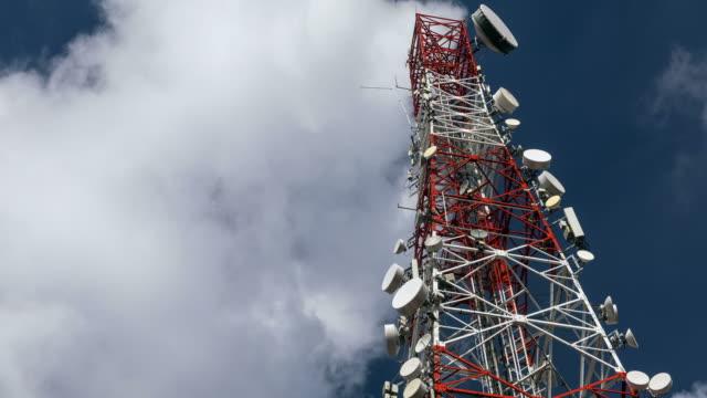 stockvideo's en b-roll-footage met tijdspanne van een telecommunicatie-toren met bewegende wolk - uitzenden