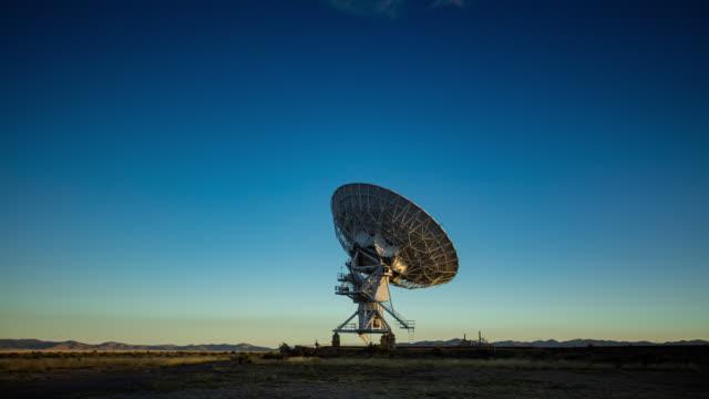 time lapse av ett teleskop vid mycket stora array vid soluppgången - parabolantenn bildbanksvideor och videomaterial från bakom kulisserna