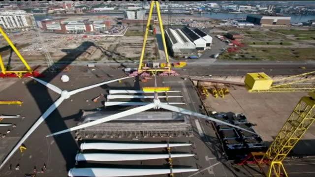 vídeos de stock, filmes e b-roll de time lapse of a wind turbine blade being carried via crane - eficiência energética