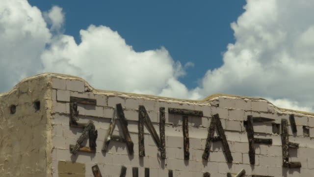 time lapse of adobe sa ta fe building with sign and moving clouds - santa fe new mexico stock videos & royalty-free footage