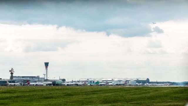 london - circa 2013: time lapse of airplane landing at heathrow - 2013 stock videos & royalty-free footage