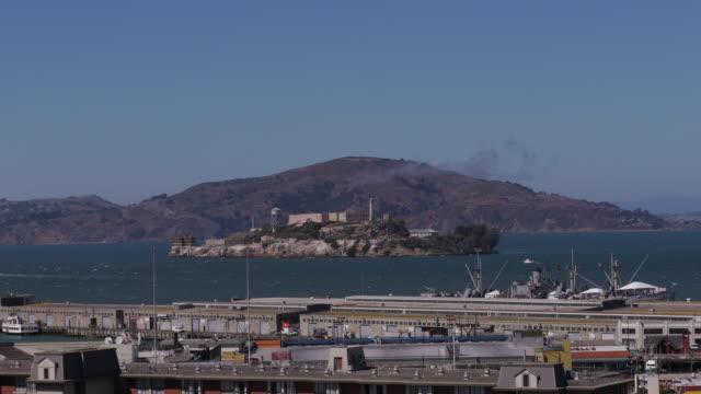 time lapse of alcatraz island with ferries in san francisco. - アルカトラズ島点の映像素材/bロール