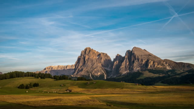 time lapse of alpe di siusi at sunset time , south tyrol dolomites , italy - siusi video stock e b–roll