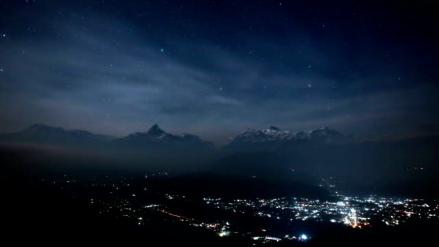 time lapse of annapurna night, nepal - zoomeffekt stock-videos und b-roll-filmmaterial