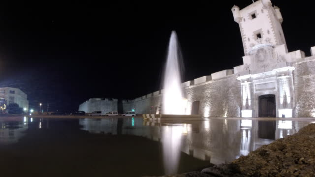 time lapse of aveneu of cádiz with fountain at night - silvestre stock videos & royalty-free footage