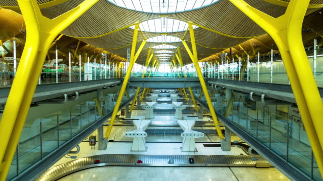 time lapse of baggage claim at madrid barajas airport. - fließband stock-videos und b-roll-filmmaterial