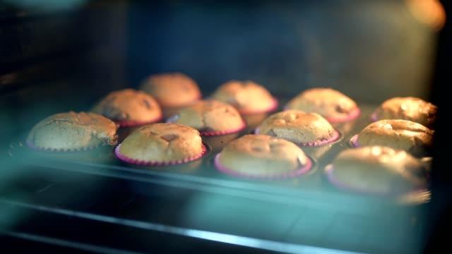 オーブンで焼いたマフィンの時間経過。 - ストーブ点の映像素材/bロール
