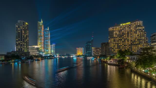 vídeos y material grabado en eventos de stock de lapso de tiempo de 4k de lado de río de paisaje urbano de bangkok en la noche - detalle arquitectónico exterior